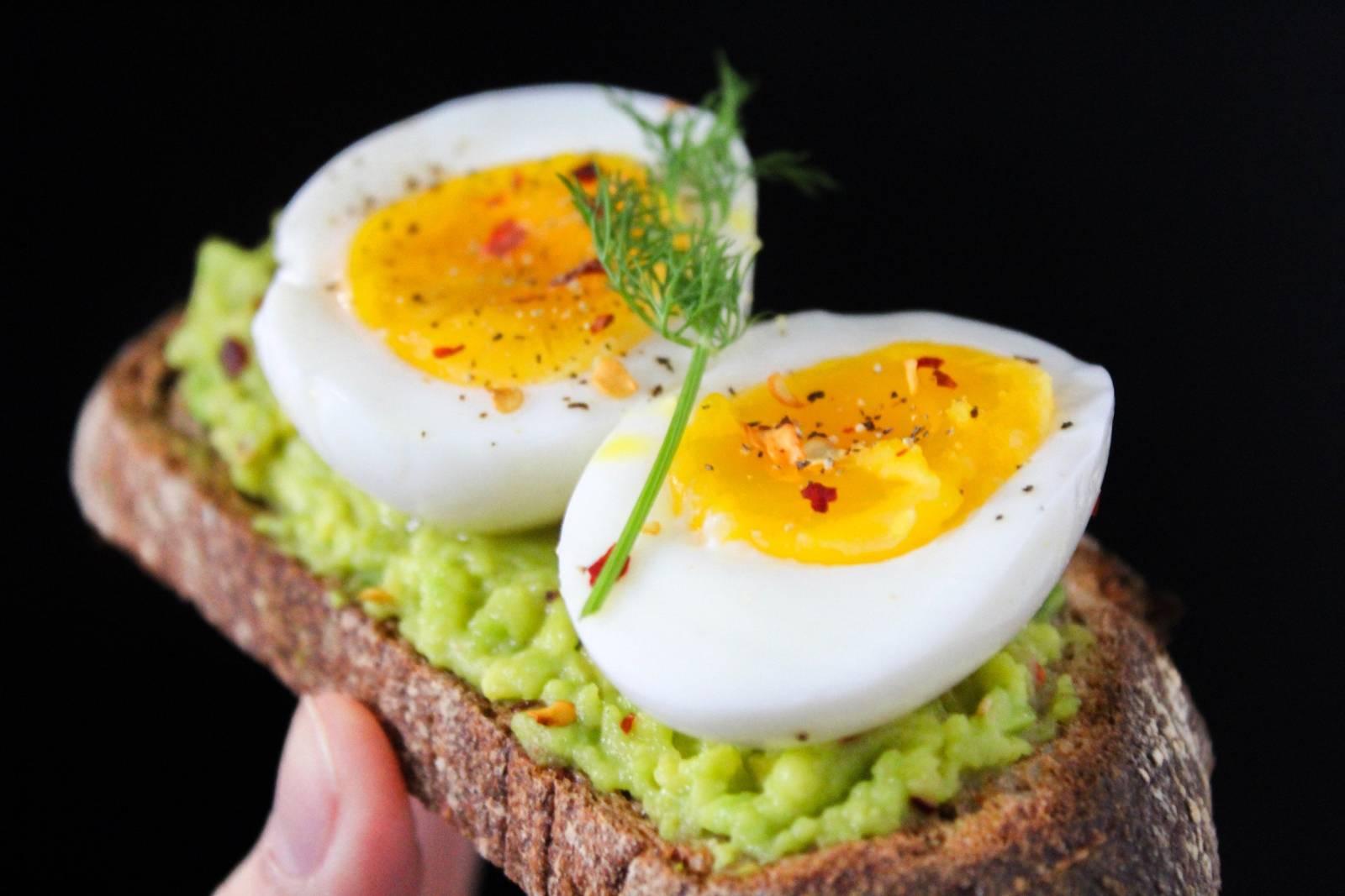 Chléb s avokádovou pomazánkou a vejcem
