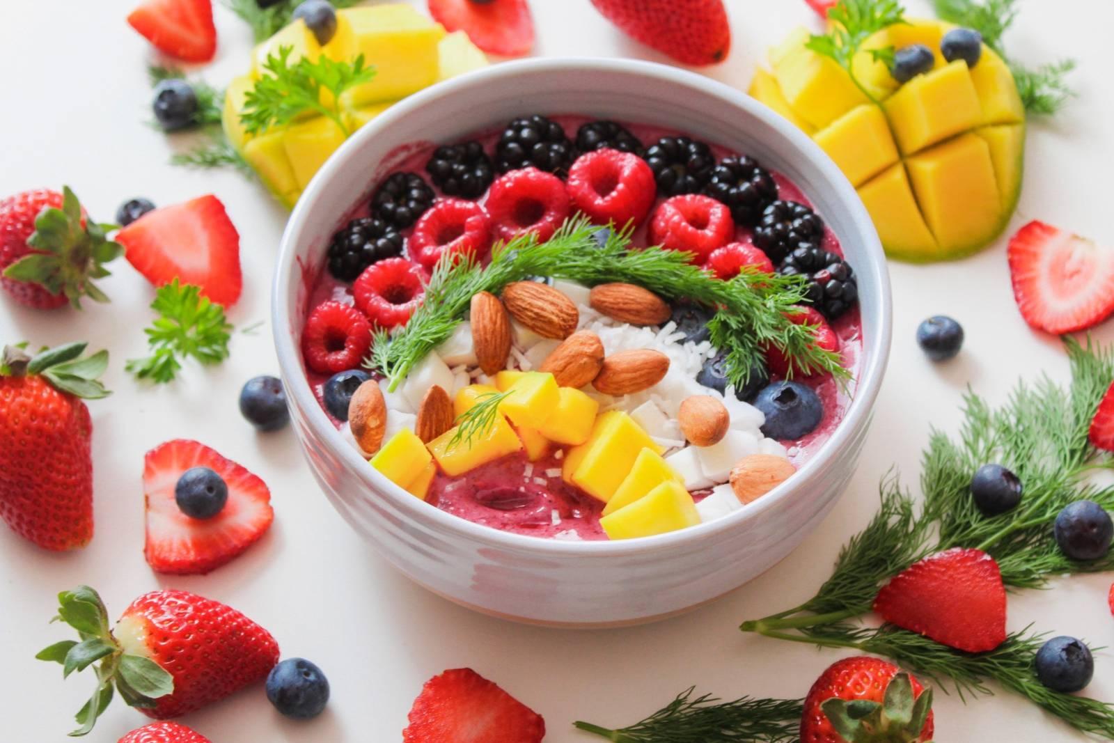 Jogurt s mandlemi a ovocem