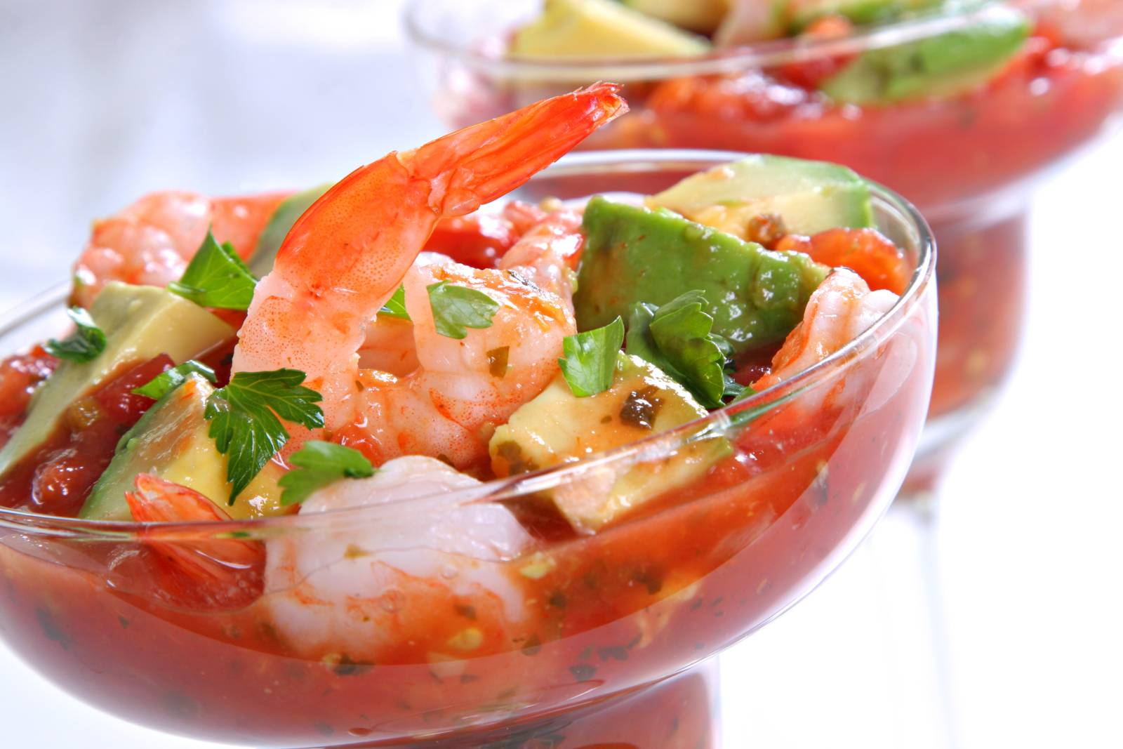 Krevety s avokádem a rajčatovou salsou