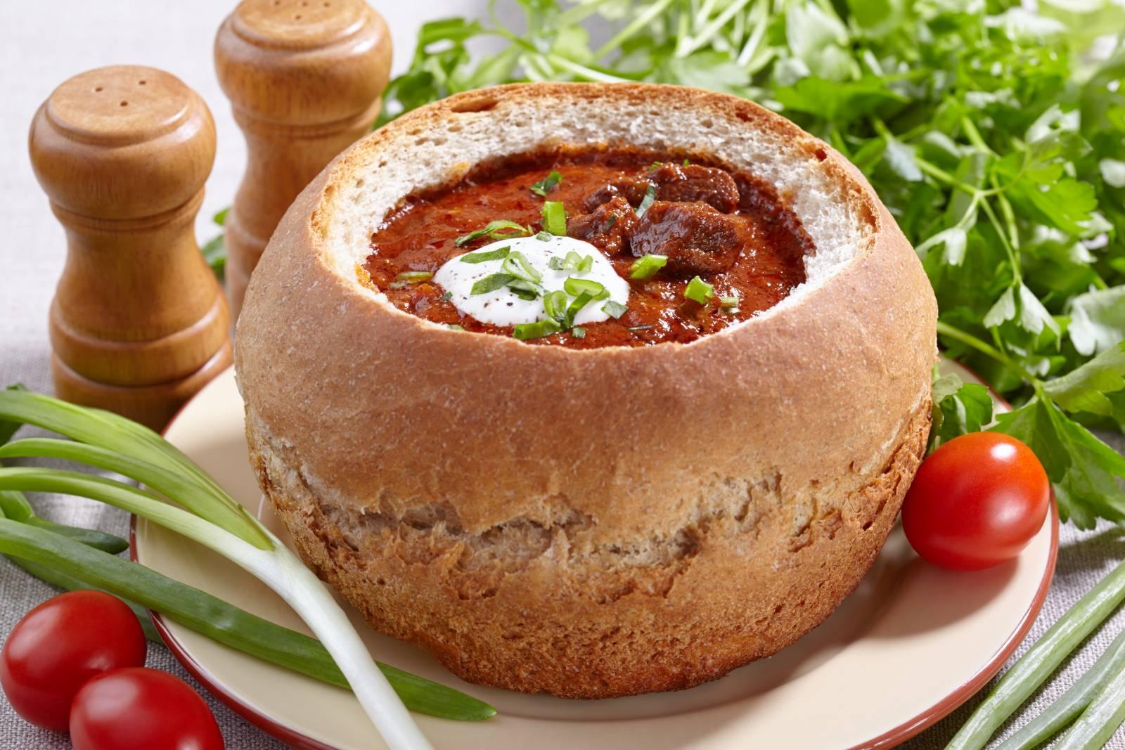 Pikantní hovězí guláš v chlebu