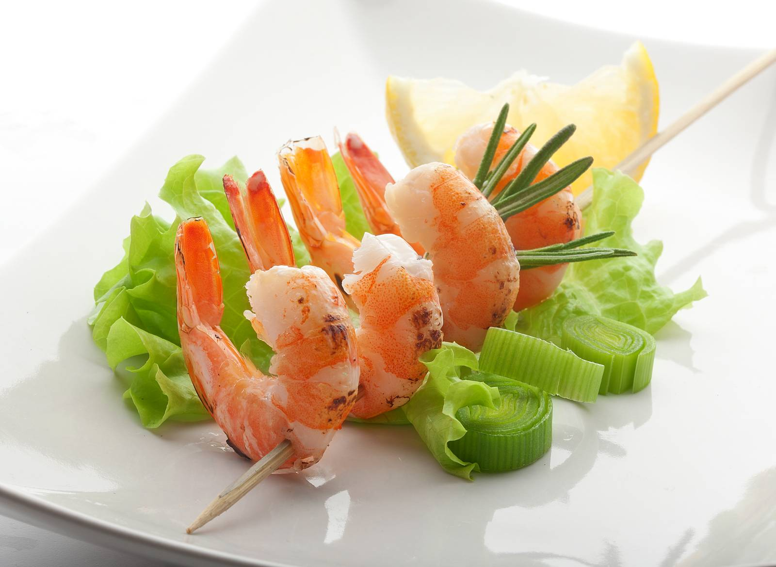 Grilované krevetky se salátem