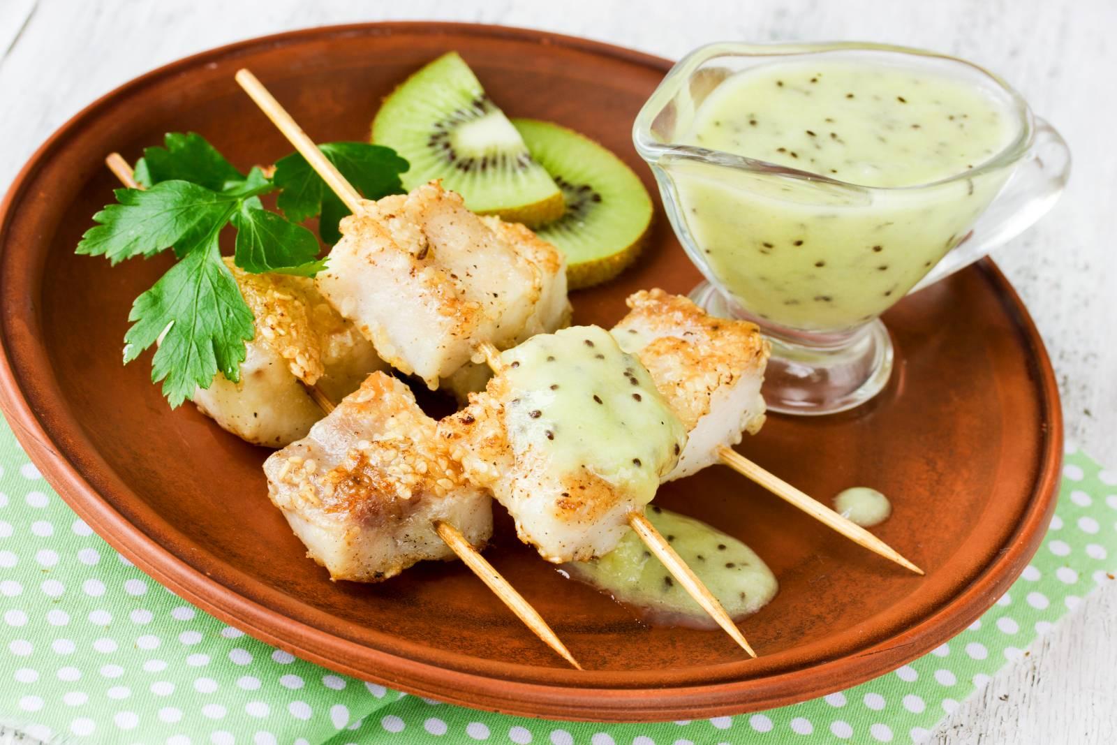Rybí kebab s kiwi omáčkou na špízu