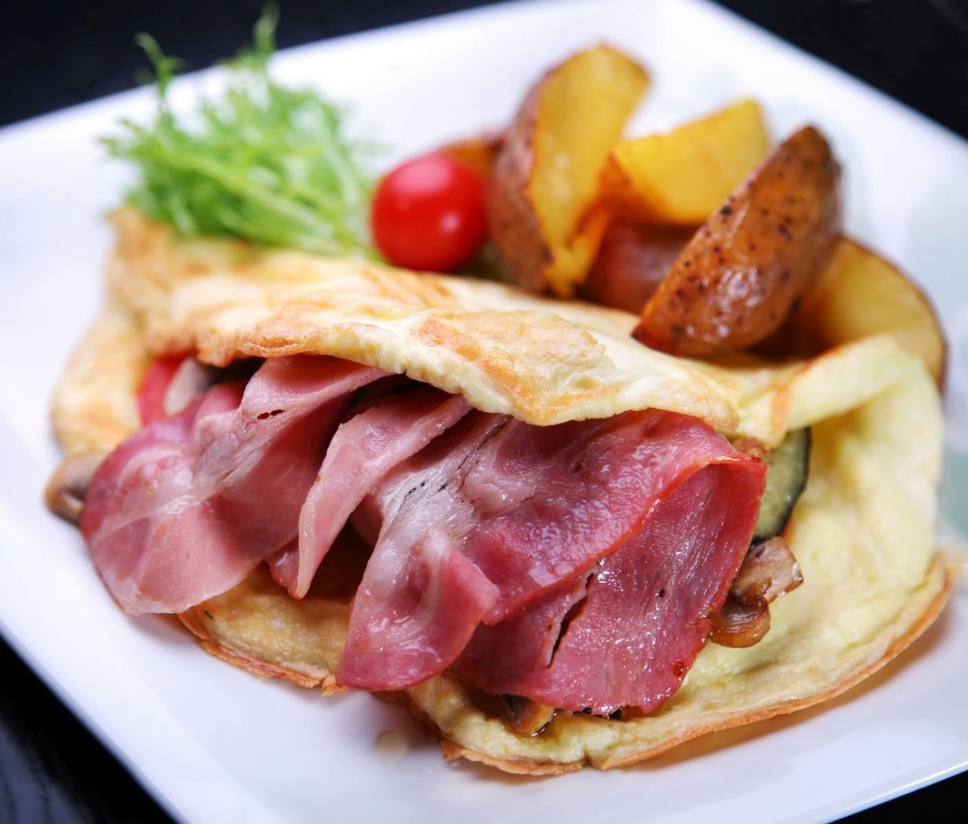 Vaječná omeleta se slaninou a zapékaným bramborem