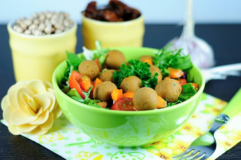 Salát s raw cizrnovými koulemi
