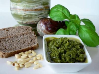 Bazalkové pesto s kváskovým chlebem