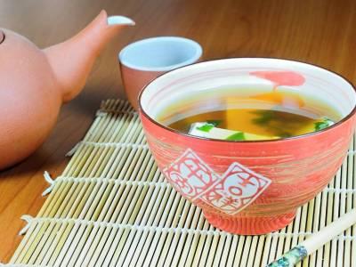 Miso polévka s tofu a řasami