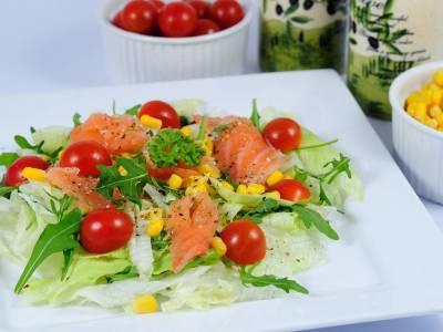 Zeleninový salát s uzeným lososem