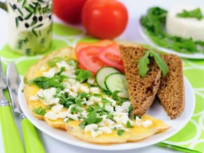 Omeleta s rukolou a ovčím sýrem