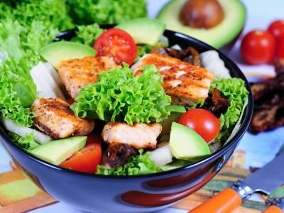 Salát s grilovaným lososem a avokádem