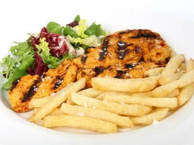 Grilované kuřecí maso s hranolkami