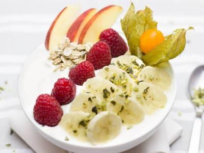 Mandlový jogurt s banánem a malinami