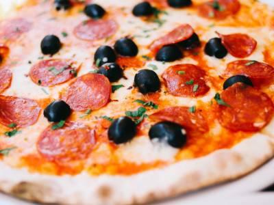 Salámová pizza s olivami