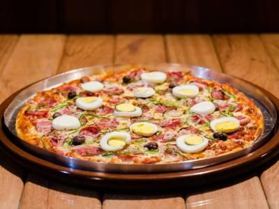 Salámová pizza s vejcem