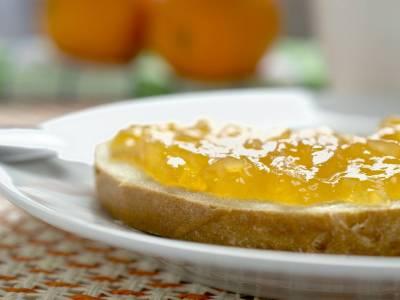 Chléb s máslem a pomerančovou marmeládou