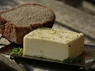 Celozrnný chléb s bylinkovým máslem