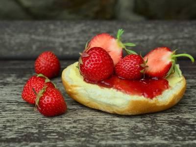 Houska s jahodovou marmeládou