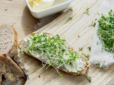 Chléb s máslem a klíčenou řeřichou