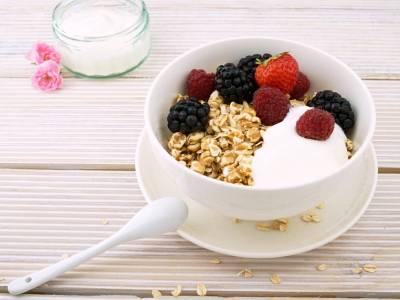 Ovesné vločky s jogurtem a lesním ovocem