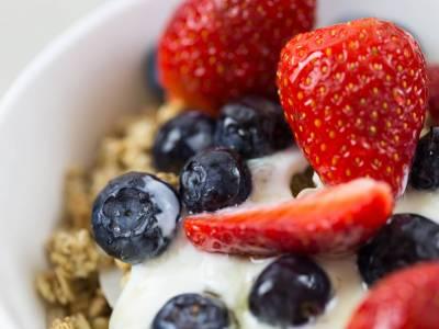 Křupavé müsli s jogurtem a ovocem