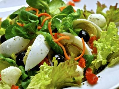 Listový salát s vejcem a olivami