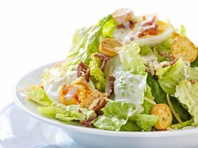 Listový salát s krutóny a vejcem
