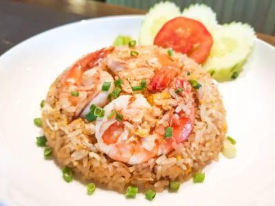 Restované krevety srýží a zeleninou
