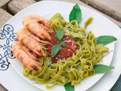 Špenátové nudle s krevetami a rajčatovou omáčkou