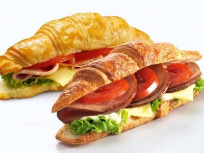 Croissant se šunkou a sýrem