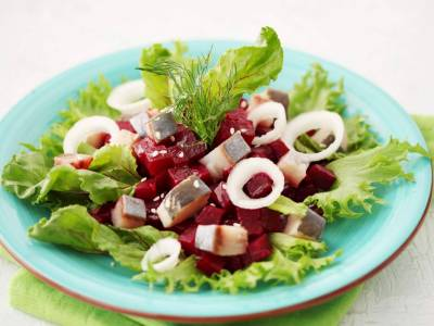 Salát z červené řepy s kousky sledě