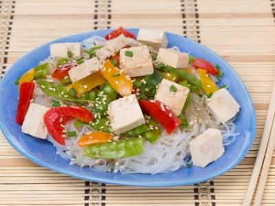 Tofu s rýžovými nudlemi a zeleninou