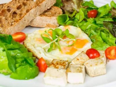 Smažená křepelčí vejce s avokádem