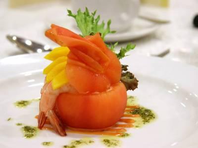 Rajče plněné krevetou a mangem