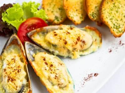 Pečené slávky se sýrem a česnekovým toastem