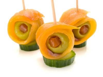 Okurkové kanapky s lososem a olivami