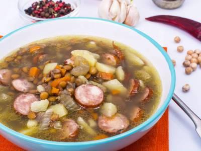 Luštěninová polévka s klobásou