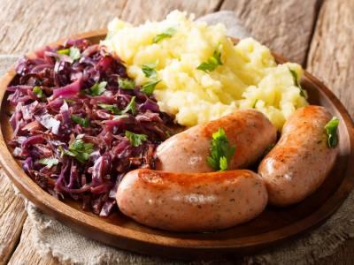 Bavorská klobása (bratwurst) s červeným zelím a brambory