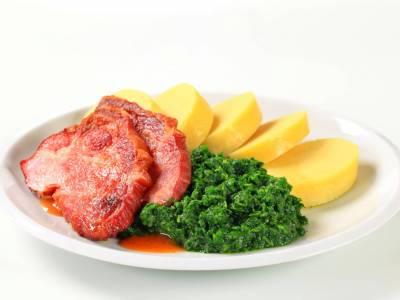 Uzené vepřové maso se špenátem a bramborovým knedlíkem