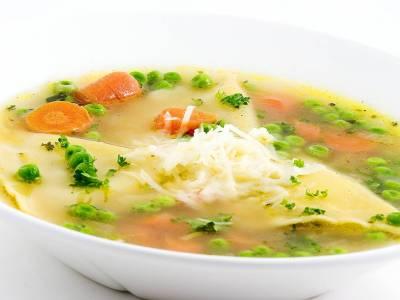 Zeleninová polévka s těstovinami a strouhaným sýrem