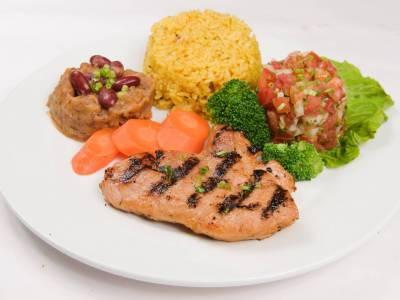 Krůtí steak s rýží, fazolovou pastou a rajčatovým salátem
