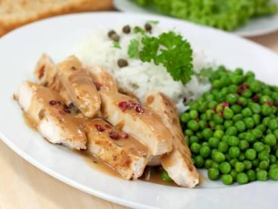 Krůtí maso se zeleným hráškem, rýží a růžovým pepřem