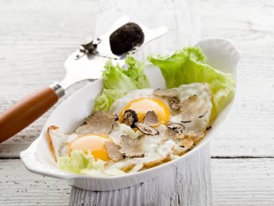 Smažená vejce s lanýži a salátem
