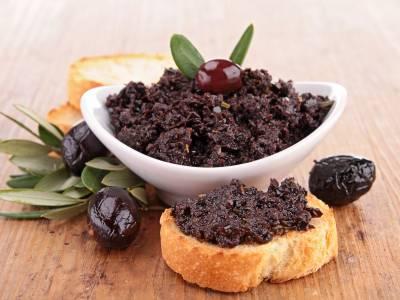 Olivová tapenáda s bagetou
