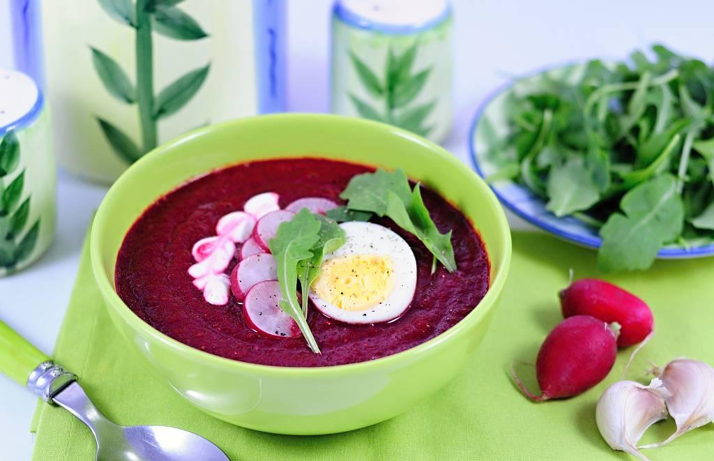 Polévka z červené řepy s ředkvičkami