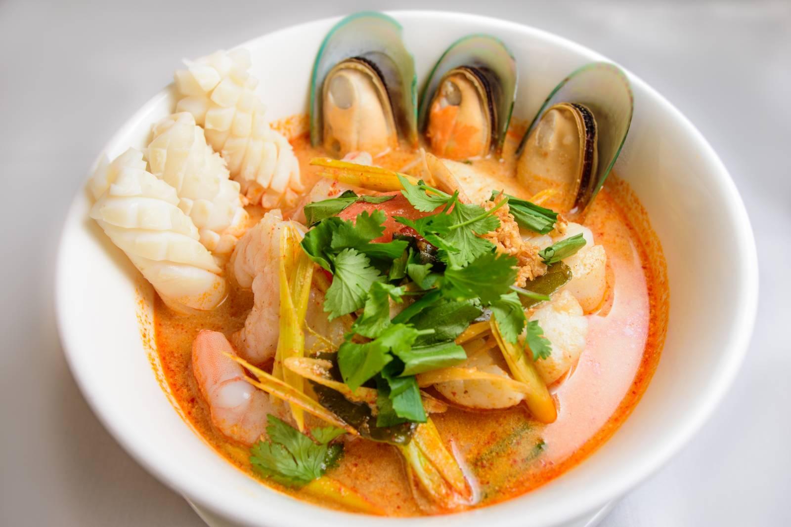 Thajská pikantní polévka s mořskými plody a těstovinami