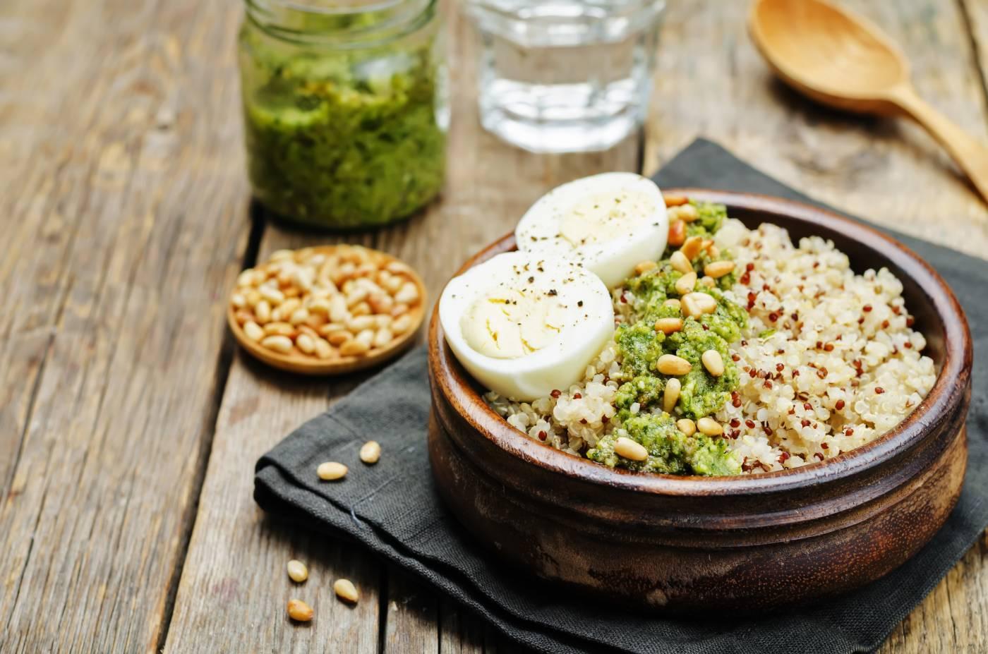 Quinoa s vajíčkem a pestem