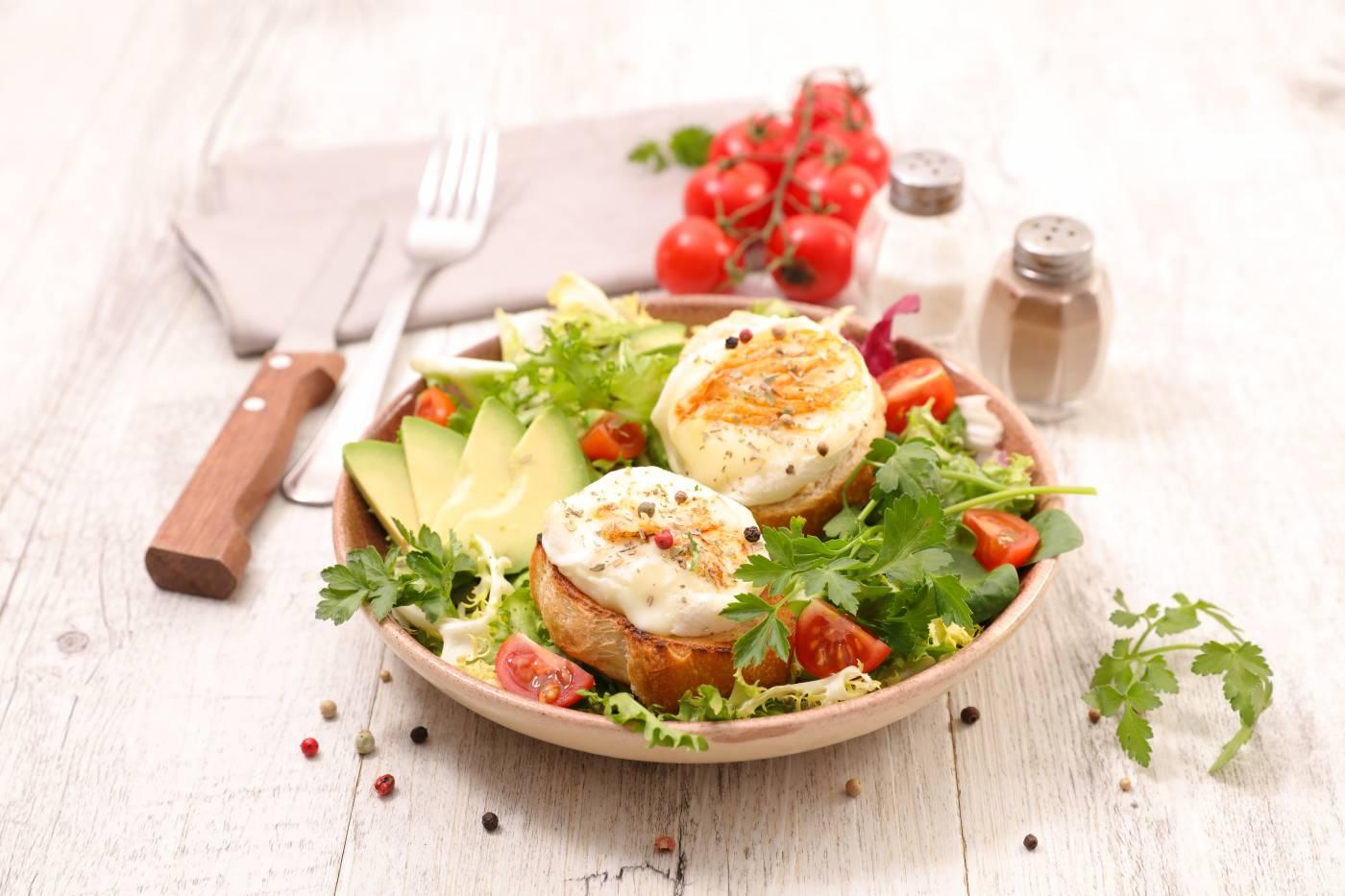 Zeleninový salát s avokádem a vejcem