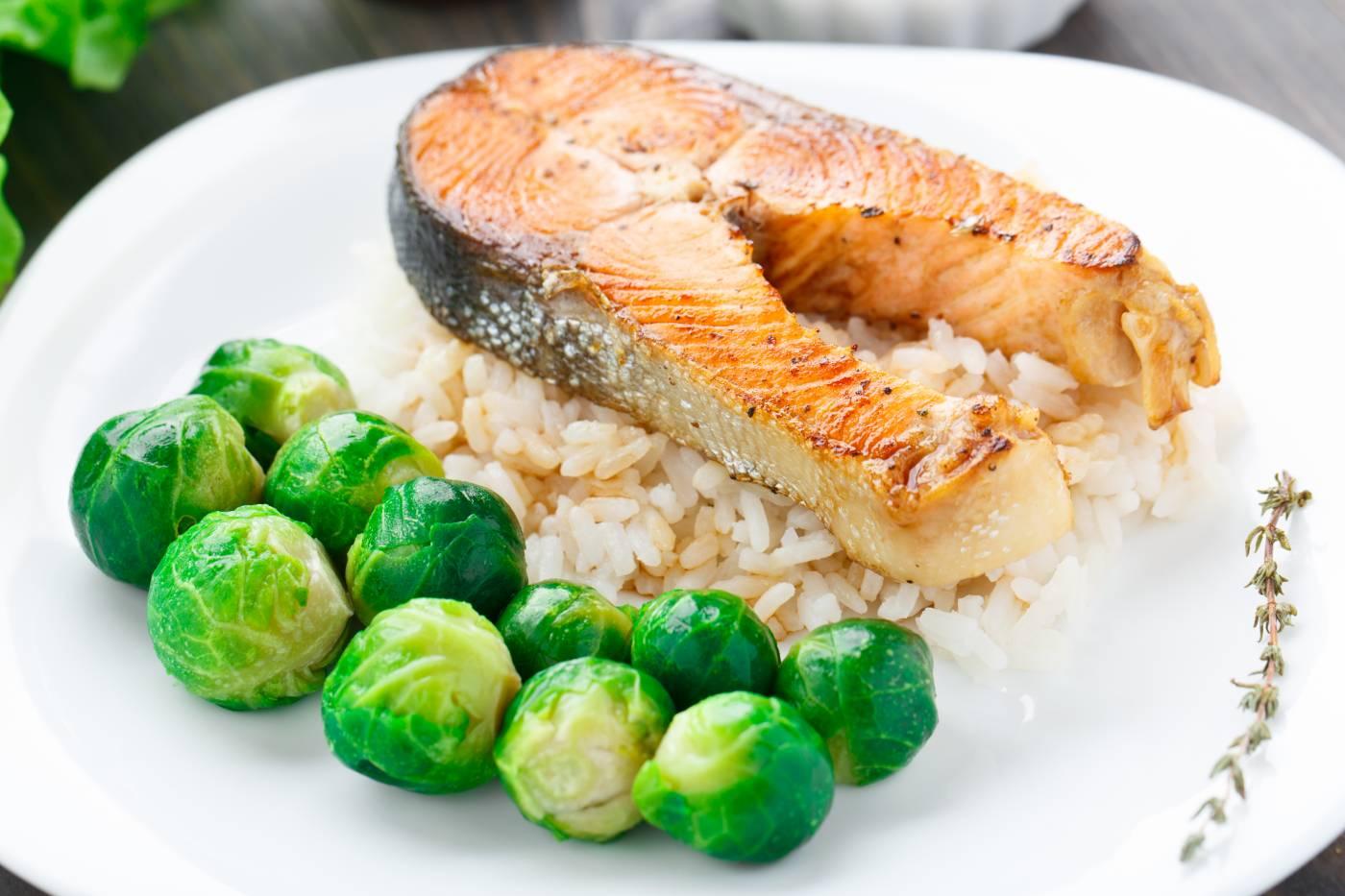 Divoký losos s rýží a kapustičkami