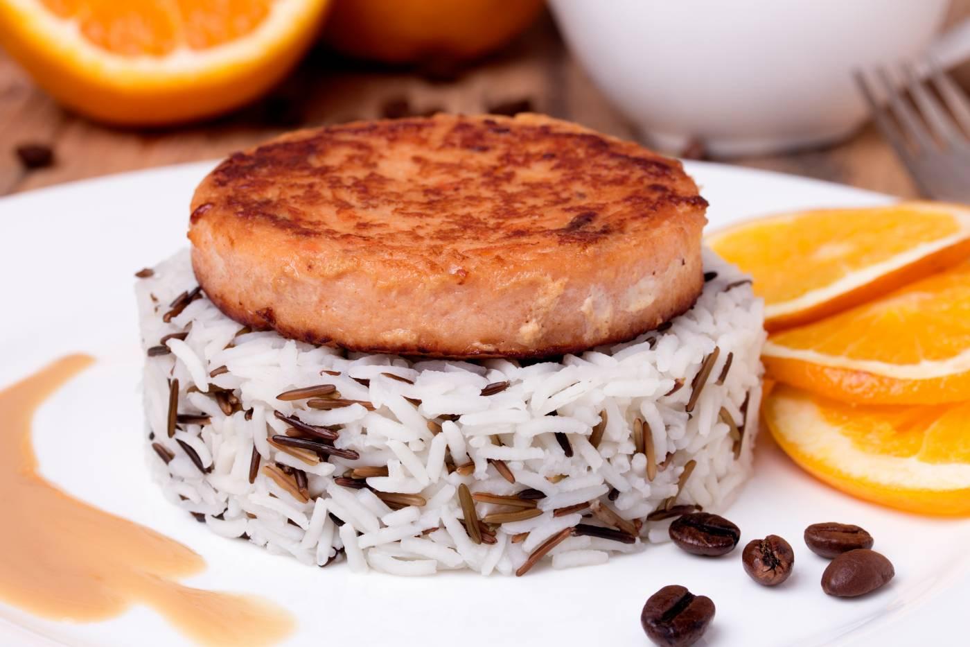 Hamburger z lososa s divokou rýží
