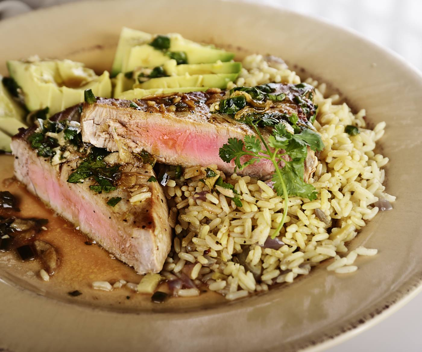 Tuňákový steak s avokádem a rýží