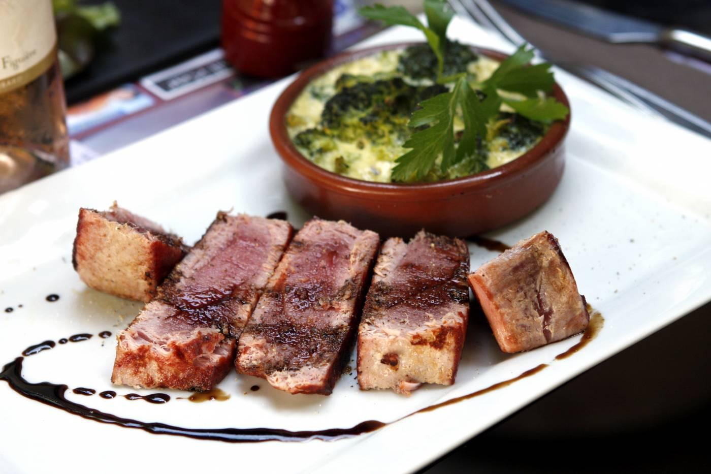 Tuňákový steak se zapečenou brokolicí